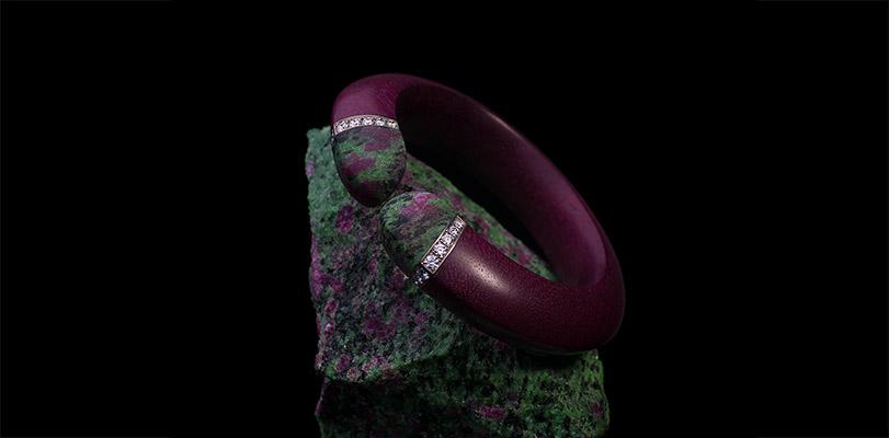 Armreif aus Amaranthholz mit Brillanten und Rubin-Zoisit